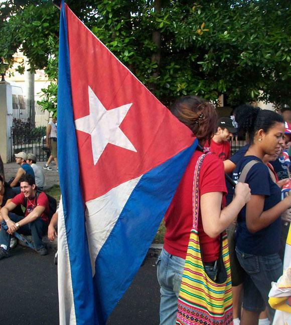 La bandera reposa en el hombro, a la espera de la arrancada