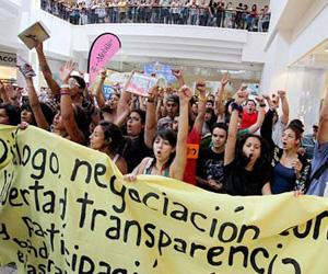 Los manifestantes marcharon por los pasillos del centro comercial, cantando consignas y explicándole a la gente sus reclamos. (Para Primera Hora/Israel González)