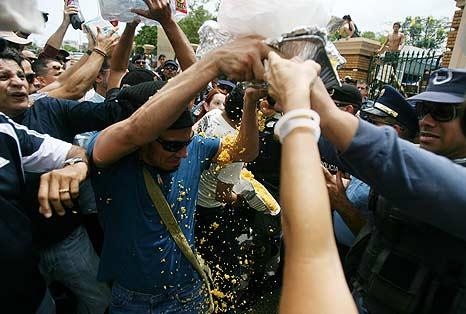 La policia arrebata los alimentos que un grupo de artistas lleva a los estudiantes