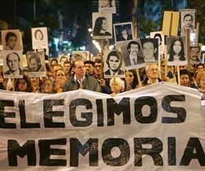 Miles de uruguayos reclaman verdad y justicia para crímenes de la dictadura
