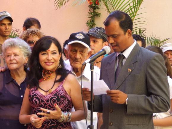 """Zaida de Río y el Agregado Comercial de la Embajada de la India en Cuba, durante la inauguración de la exposición """"La Danza Cósmica de Shiva"""", de la artista de la plástica cubana. Foto: Marianela Dufflar"""