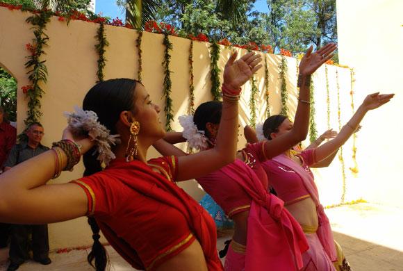 """Conjunto """"Alma Mater"""", que bailó en la inauguración de la exposición """"La Danza Cósmica de Shiva"""", de Zaida del Río. Foto: Marianela Dufflar"""