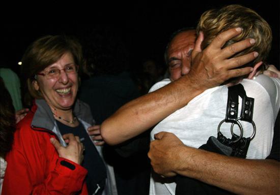 Un activista que estuvo a bordo de uno de los barcos de la flotilla Libertad con ayuda humanitaria para la franja de Gaza, es recibido por su familia hoy, jueves 3 de junio de 2010, al llegar al aeropuerto de Elefsina (Grecia). El pasado 31 de mayo comandos israelíes abordaron seis barcos que llevaban cientos de activistas propalestinos en una misión de ayuda a Gaza, matando al menos diez personas e hiriendo a docenas después de encontrarse con una inesperada resistencia. EFE/MARGARITA KIAOU