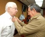 El General de Ejército, Raúl Castro Ruz, impuso la Orden José Martí al destacado luchador e intelectual revolucionario Armando Hart Dávalos, en ocasión de su 80 cumpleaños. Autor: Raúl Abreu