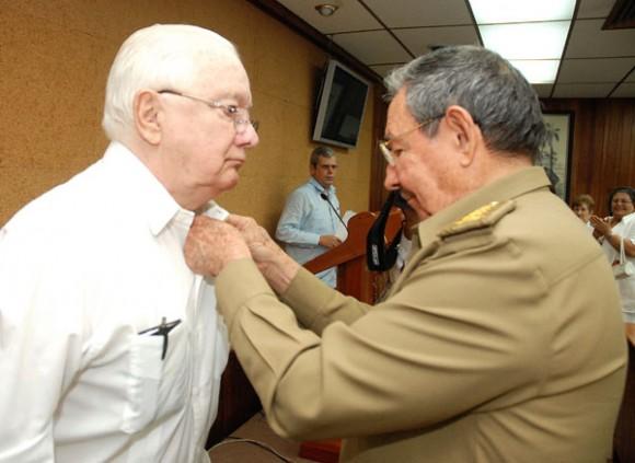 El General de Ejército, Raúl Castro Ruz, impuso la Orden José Martí al destacado luchador e intelectual revolucionario Armando Hart Dávalos, en ocasión de su 80 cumpleaños (2010). Foto: Raúl Abreu / Archivo de Cubadebate