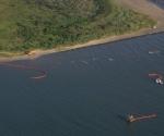 Barcos trabajan en la limpieza de la Bahía de Grand Isle, Luisiana