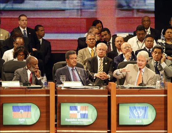 El enviado especial de la ONU para Haití, el ex presidente  estadounidense Bill Clinton (d) habla hoy, miércoles 2 de junio de 2010,  junto al presidente dominicano, Leonel Fernández (c), y René Préval (i)  de Haití, durante la Cumbre Mundial sobre el Futuro de Haití, en Punta  Cana (República Dominicana), en la que participan de alrededor de 90  misiones internacionales. EFE/Orlando Barría