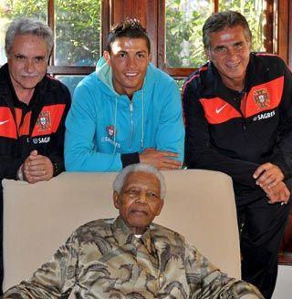 Cristiano Ronaldo posa junto al ex presidente de Sudáfrica y Premio Nobel de la Paz, Nelson Mandela (abajo), quien recibíó una camiseta de la selección con su nombre durante una recepción en su residencia de Johannesburgo. Foto EFE