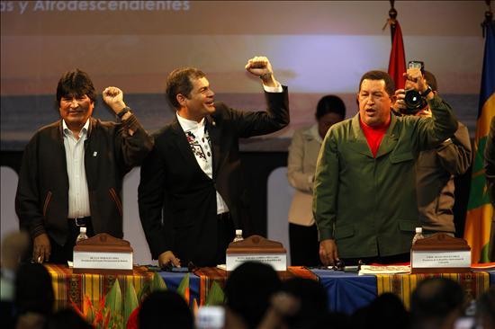 De izquierda a derecha, los presidentes de Bolivia, Evo Morales, Ecuador, Rafael Correa y Venezuela, Hugo Chávez, participan hoy, viernes 25 de junio de 2010, en la cumbre de la Alba en Otavalo (Ecuador). Los gobernantes prevén suscribir una declaración para fortalecer la inclusión social en los procesos de cambio que vive la región. EFE/José Jácome.