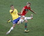 El jugador brasileño del FC Barcelona Daniel Alves en una acción del partido que le enfrenta a Portugal por el primer puesto del grupo G de la primera fase de clasificación del Mundial de Sudáfrica 2010
