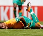 Drogba en el suelo tras la lesión. Costa de Marfil perdió a su estrella y capitán
