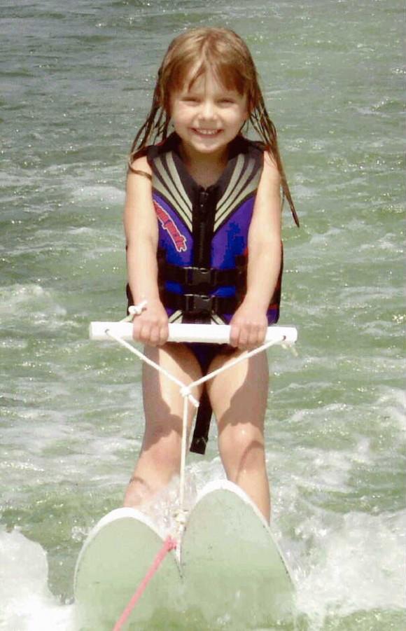 Elena en un esquí acuático