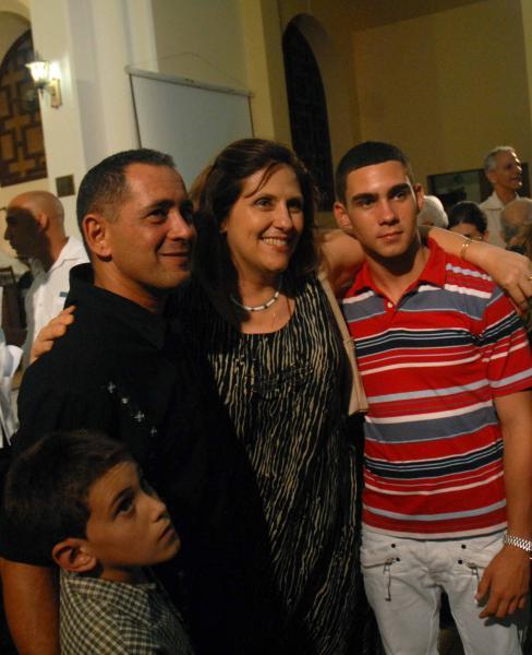 Juan Miguel, Elián y su hermanito posan para una foto junto a la sicóloga cubana Patricia Arés, quien atendió a la familia en los días por el regreso del niño.