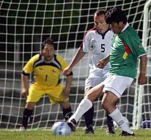 Evo Morales jugando fútbol