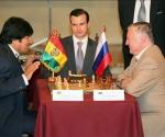 El ruso Anatoly Karpov (d), ex campeón mundial de ajedrez, y el presidente de Bolivia, Evo Morales (i), inician hoy, miércoles 23 de junio de 2010, una partida de ajedrez en palacio de gobierno en La Paz. El ex campeón mundial de ajedrez, concedió hoy tablas al presidente de Bolivia, Evo Morales, en una partida de doce jugadas que duró tres minutos.EFE/Martin Alipaz