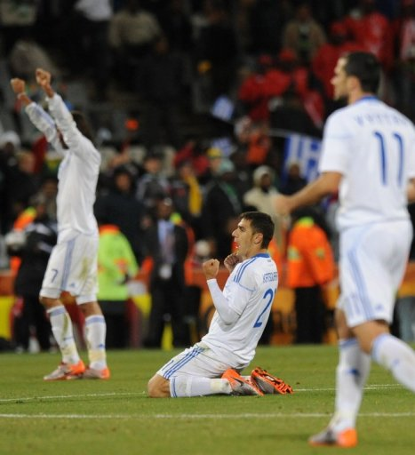El centrocampista griego Costas Katsouranis (centro) celebrando la victoria  este jueves. Foto AFP f608db8757e68