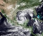 """Imagen facilitada por National Oceanic and Atmospheric Administration (NOAA) y tomada el martes 29 de junio de 2010 que muestra el huracán Alex y su paso por el Golfo de México. Las autoridades se preparan hoy, miércoles, 30 de junio de 2010 ante el posible impacto del huracán """"Alex"""" en el norte del estado de Tamaulipas, Golfo de México. EFE"""