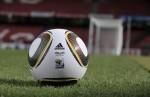"""Fotografía sin fecha facilitada por la firma Adidas de """"Jabulani"""", el nuevo balón oficial que se utilizará en los encuentros de la fase final del Mundial de Sudáfrica de 2010, y que fue presentado hoy, viernes 4 de diciembre de 2009, por la FIFA y por Adidas con la colaboración del ex jugador alemán Franz Beckenbauer y la estrella del fútbol inglés David Beckham en Ciudad del Cabo, Sudáfrica. EFE/ADIDAS HANDOUT"""