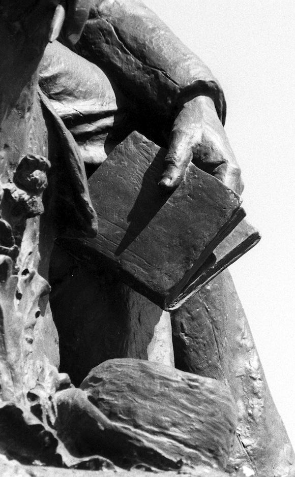 Detalles de Liborio Noval: Estatua de José de la Luz y Caballero, en la Avenida del Puerto de La Habana.