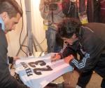 Maradona firma la camiseta para Messi. Foto: Sport.es