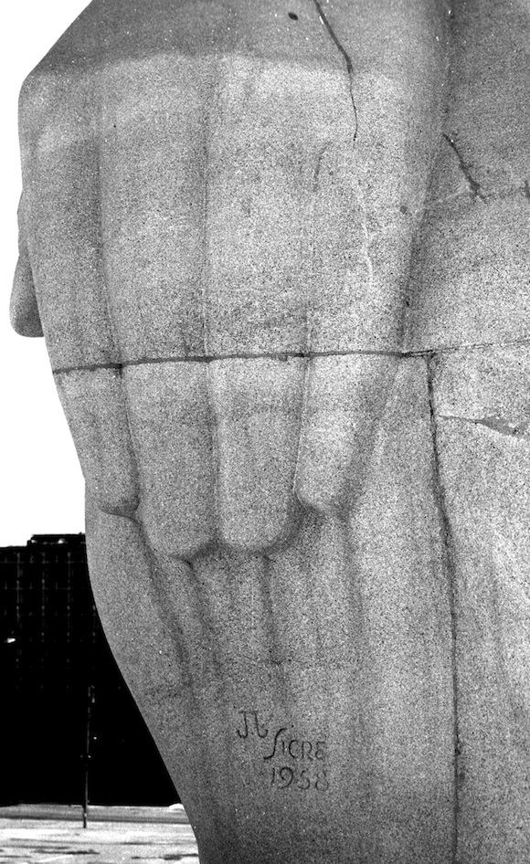 Detalles de Liborio Noval: Las manos del Martí de la Plaza de la Revolución.
