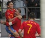Navas es felicitado por sus coequiperos tras conseguir el único gol