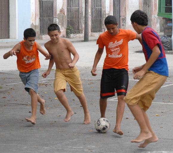 Niños disfrutan un juego de fútbol en el parque La Caridad, en Sancti Spíritus, el 12 d junio de 2010. AIN FOTO/Oscar ALFONSO SOSA