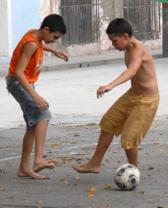 Niños disfrutan un juego de fútbol en el parque La Caridad, en Sancti Spíritus, el 12 d junio de 2010. AIN Foto: Oscar ALFONSO SOSA