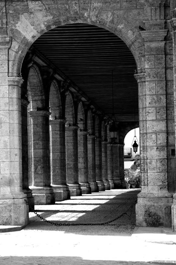 """""""Columnas"""" de Liborio Noval: Portal del Palacio de los Capitanes Generales, La Habana Vieja"""