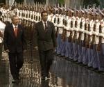 El General de Ejercito, Raúl Castro (I), presidente de Cuba, durante el recibimiento oficial al Teniente General Seretse Khama Ian Kama (C), presidente la República de Bostwana,en La Habana, Cuba, el 7 de junio de 2010. AIN FOTO/Sergio ABEL REYES
