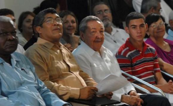 El Presidente cubano, Raúl Castro junto a Elián González en el Culto Conmemorativo por el X Aniversario del regreso de Elian a la Patria