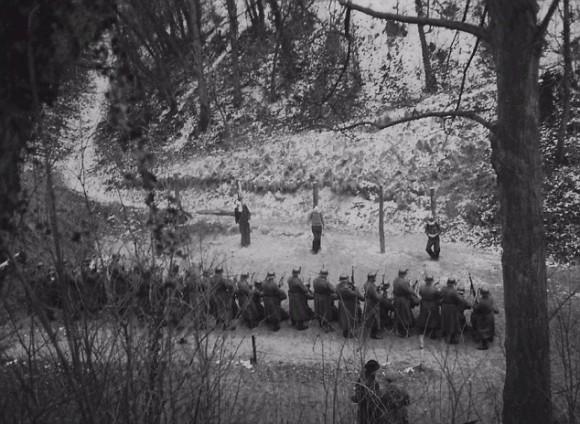 fotografías ocultos de combatientes de la Resistencia francesa siendo ejecutado por un pelotón de fusilamiento nazi en las afueras de París en febrero de 1941 han ido en la exhibición pública por primera vez