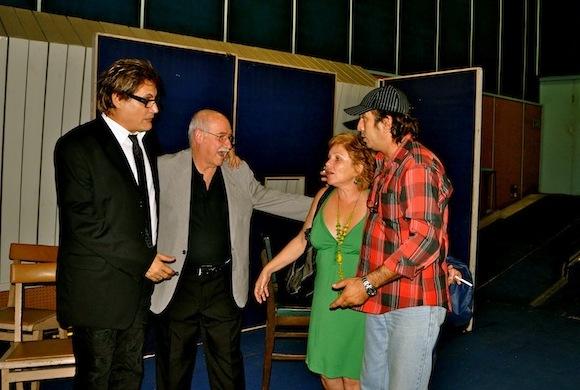 """Amaury, Reynaldo, Isabel Santos y Rafael Solís, director de fotografía de """"Con 2 que se quieran""""."""