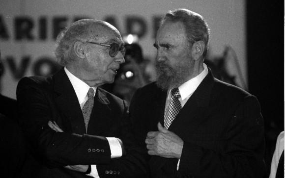 Saramago y Fidel en acto de apoyo a Cuba en Oporto, Portugal, en octubre de 1998