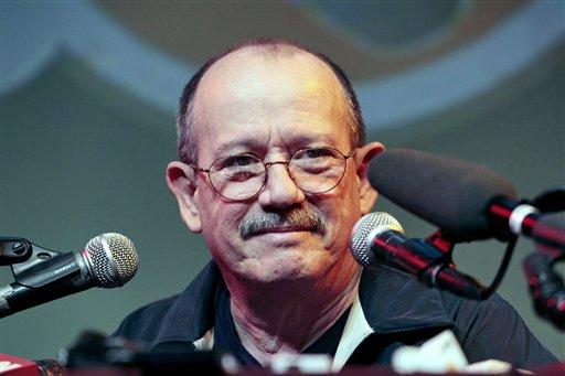 El legendario trovador cubano Silvio Rodríguez ofrece una conferencia de presna en Nueva York, el martes 1 de junio del 2010 (AP Foto/Bebeto Matthews).