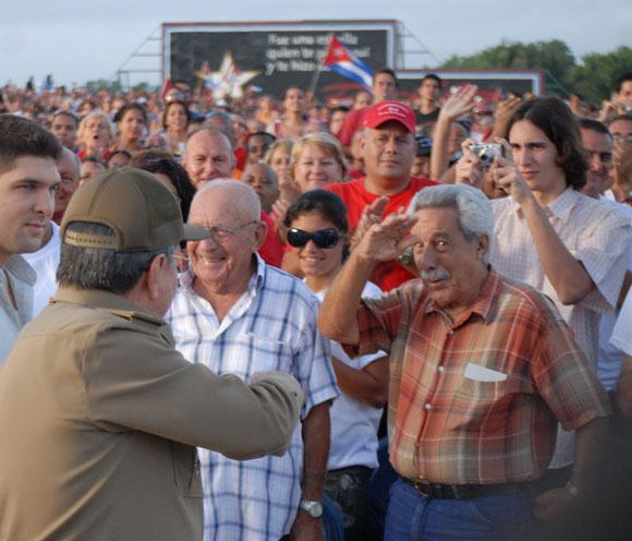 Raúl saluda a los asistentes al Acto por el 26 de julio en Santa Clara. Foto: Roberto Ruiz Espinosa