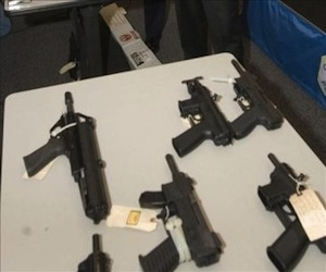 El director de la Fuerza Especial de Lucha Contra el Crimen (Felcc) de Santa Cruz, Miguel González, especificó que en el inmueble se encontraron siete armas de guerra, dos pistolas y más de 300 municiones. EFE/Archivo