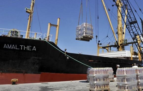 El barco Amalthea, durante el proceso de carga de las 2.000 toneladas de alimentos para Gaza, el pasado viernes, en el puerto griego de Lavrio. LOUISA GOULIAMAKI | AFP