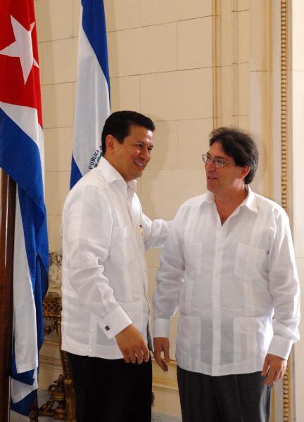 El ministro de Relaciones Exteriores de la República de El Salvador, Hugo Martínez Bonilla (I), es recibido por el canciller cubano, Bruno Rodríguez Parrilla, (D), en la sede del Ministerio de Relaciones Exteriores de Cuba, en Ciudad de La Habana, el 9 de julio de 2010. AIN FOTO/Oriol de la Cruz ATENCIO