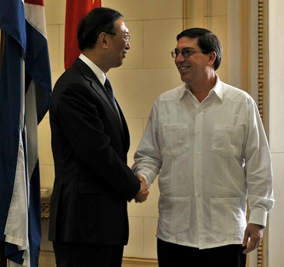 """El ministro cubano de Relaciones Exteriores, Bruno Rodríguez Parrilla (d), saluda a su homólogo chino, Yang Jiechi (i), hoy, sábado 31 de julio de 2010, durante una reunión en La Habana (Cuba). Los gobiernos de China y Cuba ratificaron su interés en reforzar la """"cooperación económica y comercial"""" así como los intercambios de """"alto nivel"""" entre ambos países. EFE/Str"""