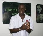 Recibe Choco condecoración Julio Antonio Mella. Foto: Cubadebate