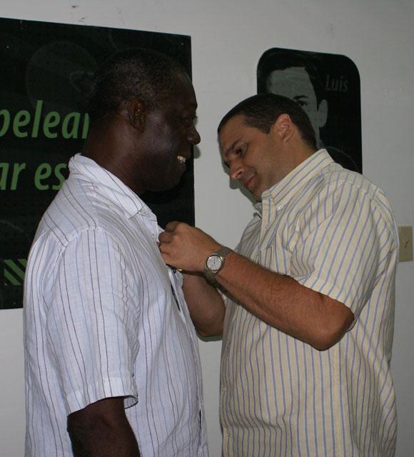 rnesto Luis Corvo Vizcaíno, Segundo Secretario del Comité Nacional de la Unión de Jóvenes Comunistas, entrega a Choco la Orden Julio Antonio Mella. Foto: Cubadebate