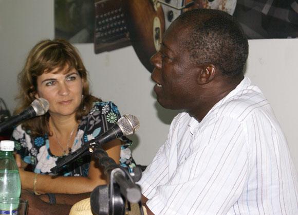 Choco compartió con los asistente al Encuentro de este jueves en la Feria Arte en la Rampa. Foto: Cubadebate