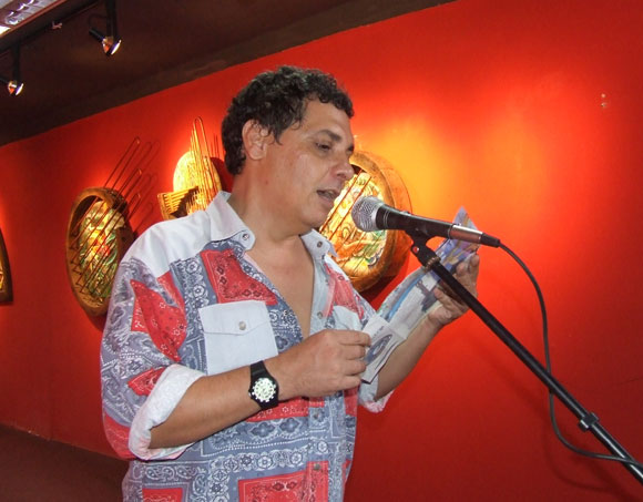 """Sigfredo Ariel, poeta, presentó la exposición """"Formato roto"""". Foto: Marianela Dufflar"""