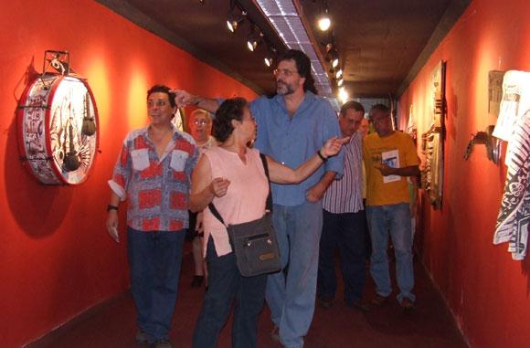 """Diana Balboa y el Ministro de Cultura Abel Prieto durante la inauguración de la exposición """"Formato roto"""". Foto: Marianela Dufflar"""