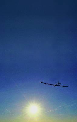 El Solar Impulse HB-SIA sobrevuela los Alpes suizos, tras despegar ayer desde el aeropuerto de Payerne.EFE