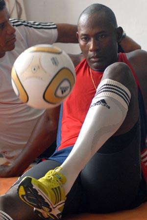 Erick Hernández, rompió su segundo récord mundial del año en dominio del balón, en el Hotel Copacabana, al mantener la Jabulani durante 3:04:14 horas, sentado y solo con los pies, en Ciudad de La Habana, el 1 de junio de 2010. AIN Foto: Marcelino VAZQUEZ HERNANDEZ