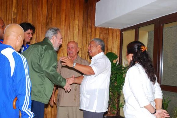 Fidel saluda a los combatientes revolucionarios Ramón Pez Ferro y Gelasio Fernández. Foto: Estudios Revolución