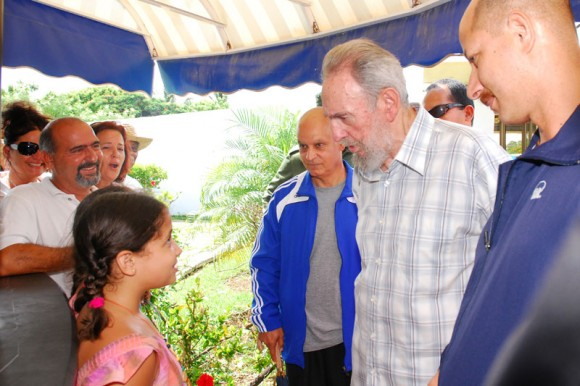 Fidel visita el Acuario Nacional de Cuba. Foto: Estudios Revolución