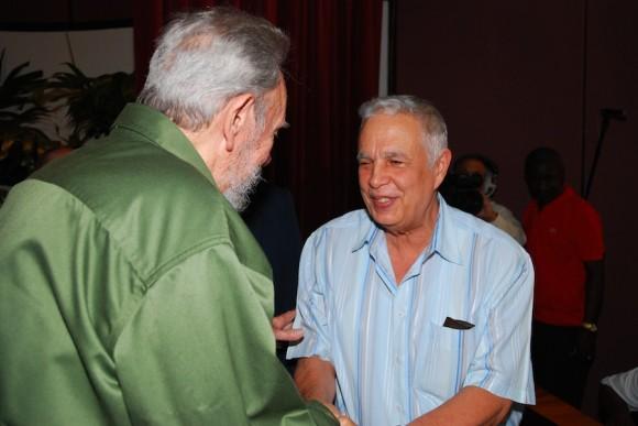 Fidel saluda a Rolando Alfonso Borges, Jefe del Departamento Ideológico del Comité Central. Foto: Estudios Revolución